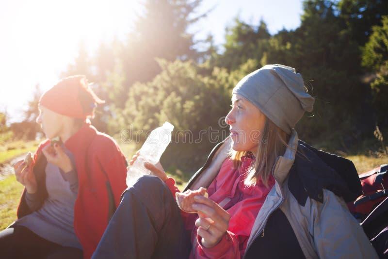 Due ragazze mangiano all'aperto fotografia stock libera da diritti