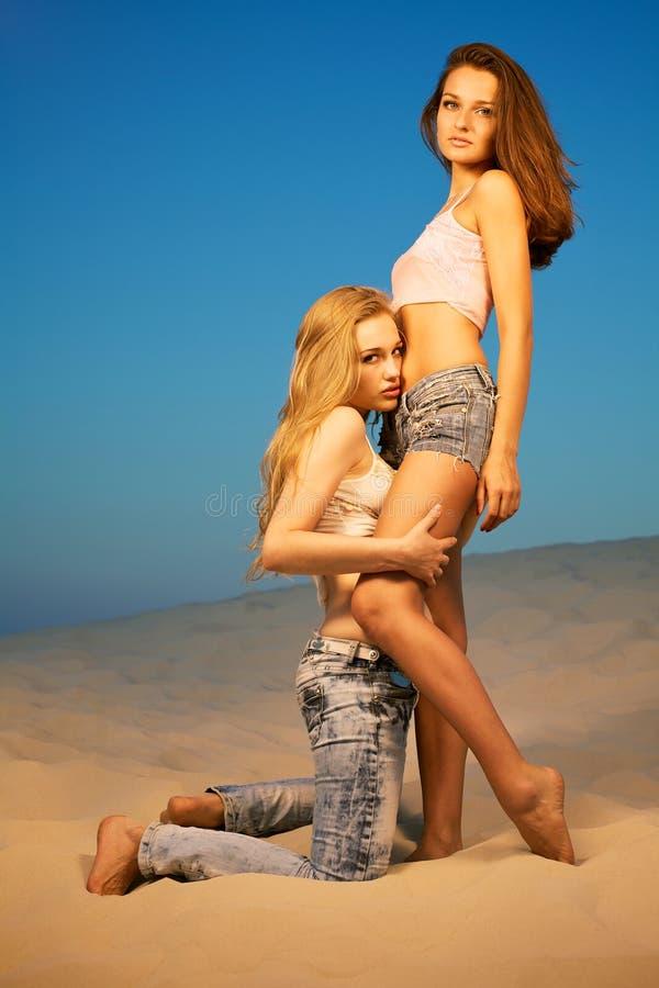 Due ragazze nel deserto fotografie stock libere da diritti
