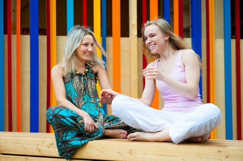 Due ragazze nel parco immagini stock libere da diritti