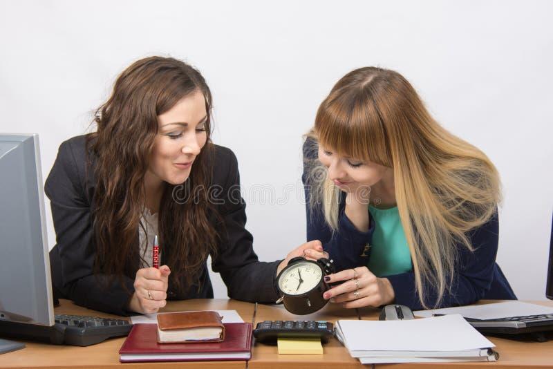 Due ragazze nella conclusione felice dell'ufficio del giorno lavorativo immagine stock libera da diritti