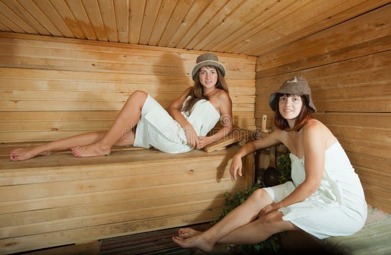 Due Ragazze Che Si Rilassano Nella Sauna Fotografia Stock