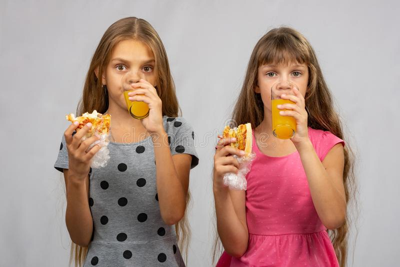 Due ragazze scrivono il sugo di carne secco fotografie stock libere da diritti