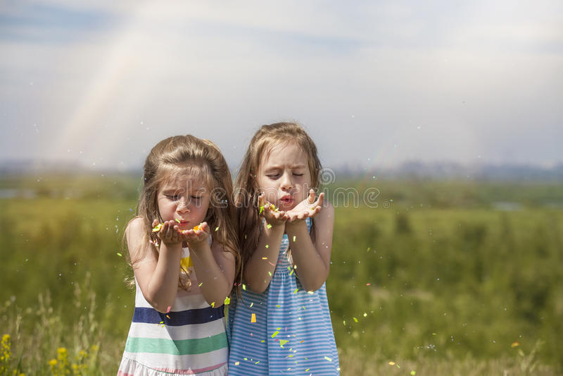 Due ragazze sono bambini graziosi in palloni sorridenti felici a della natura fotografia stock libera da diritti