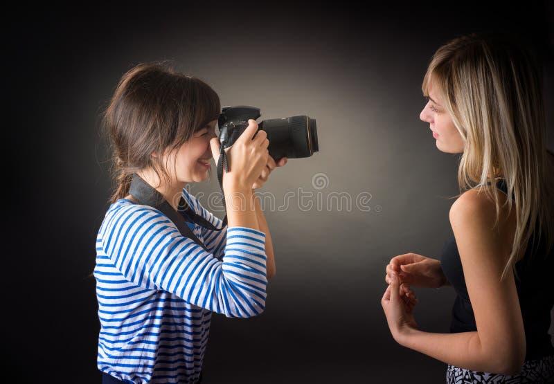 Due ragazze sono fotografate fotografia stock
