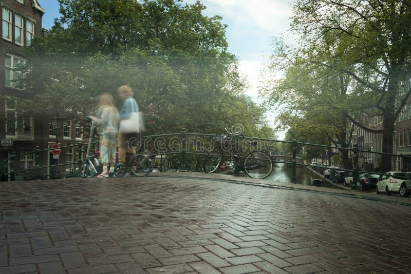 Due ragazze su un motorino a Amsterdam fotografia stock libera da diritti