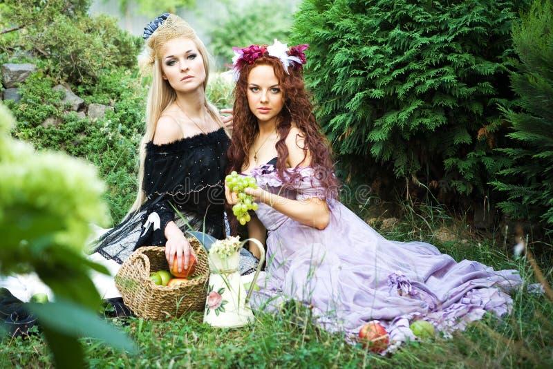 Due ragazze sull'erba fotografia stock