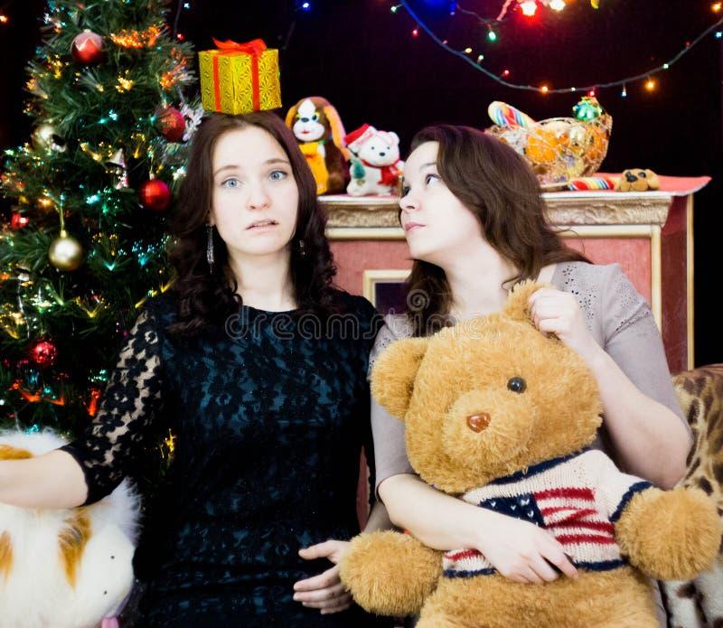Due ragazze in una regolazione di Natale fotografie stock libere da diritti