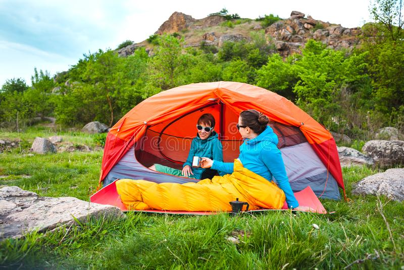 Due ragazze in una tenda fotografie stock libere da diritti