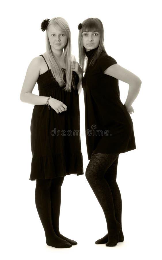 Due ragazze in vestiti neri (in bianco e nero)