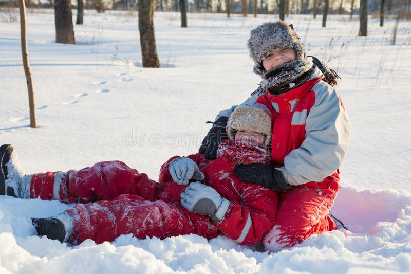 Due ragazzi che giocano al parco di inverno immagine stock libera da diritti