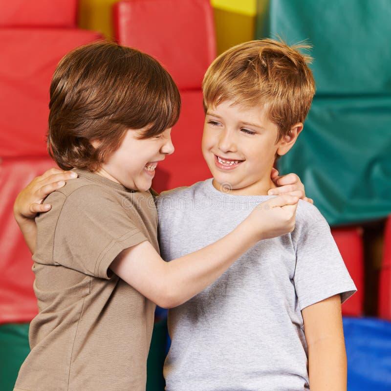 Due ragazzi felici divertendosi nella palestra immagini stock libere da diritti