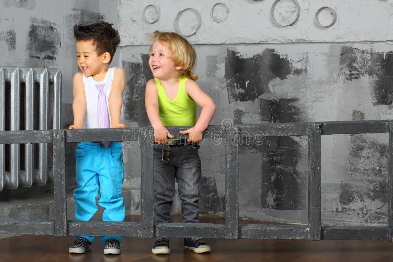 due ragazzi scala insieme la scala di legno fotografia stock