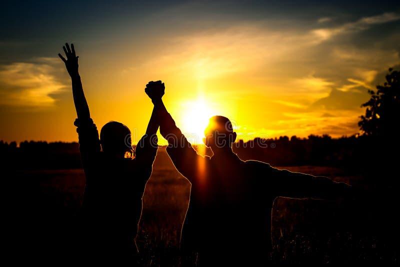 Due ragazzi sul tramonto immagini stock