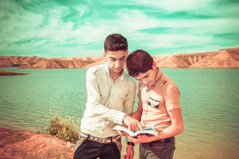 Due ragazzi sulla spiaggia immagine stock