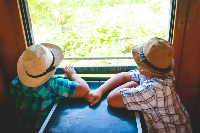 Due ragazzi in treno per viaggiare immagini stock libere da diritti