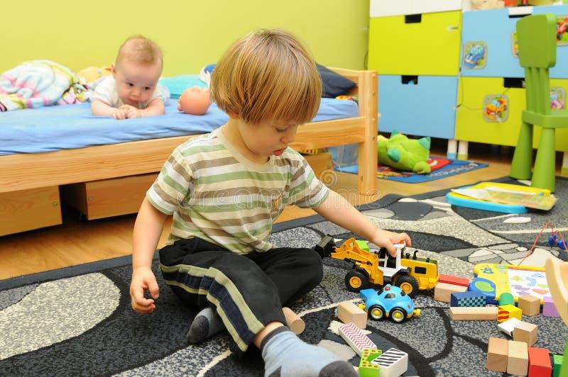Due ragazzini che giocano nella loro stanza fotografia stock libera da diritti