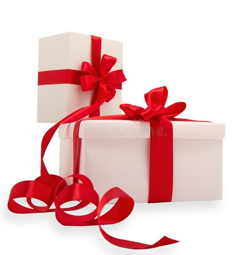 Due regali bianchi con i nastri rossi immagine stock libera da diritti