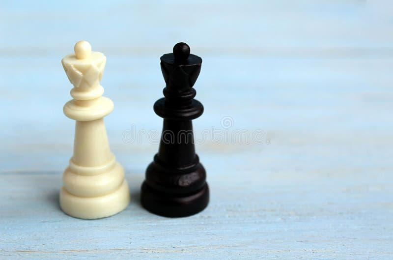 Due regine di scacchi sono sulla tavola fotografia stock libera da diritti