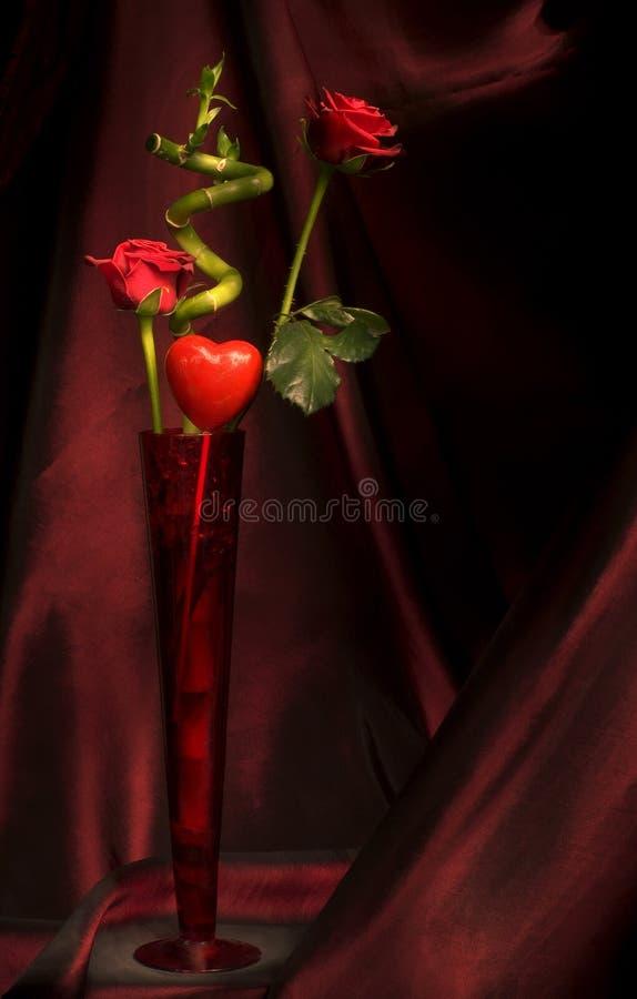 Due rose e un cuore immagine stock libera da diritti