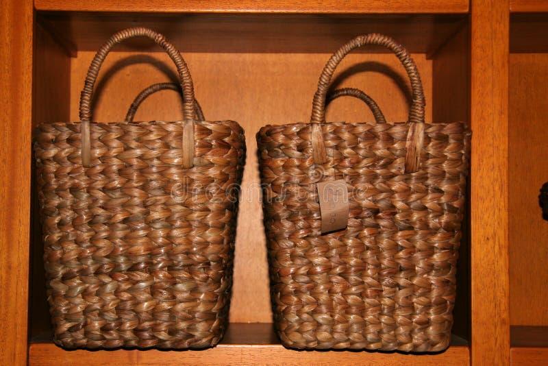 Due sacchetti su una mensola immagini stock