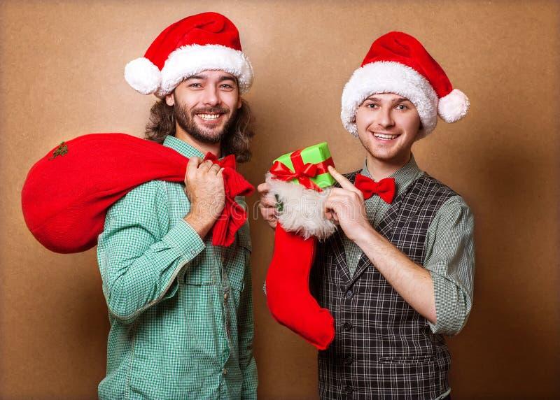 Due Santa Claus emozionale vestita nei pantaloni a vita bassa dei vestiti fotografia stock