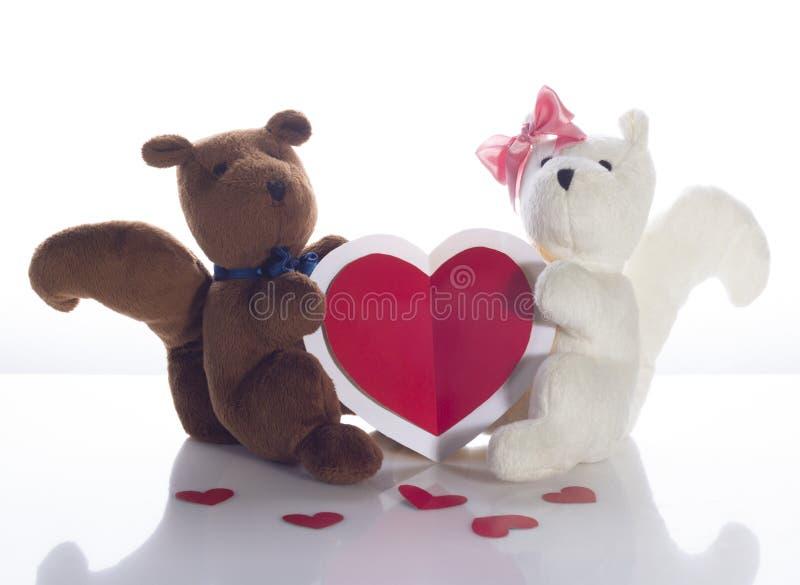 Due scoiattoli con la carta del cuore fotografia stock