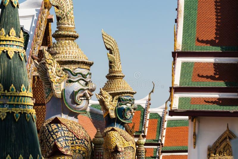 Due sculture delle guardie all'entrata del complesso del tempio di Emerald Buddha a Bangkok, Tailandia immagine stock libera da diritti