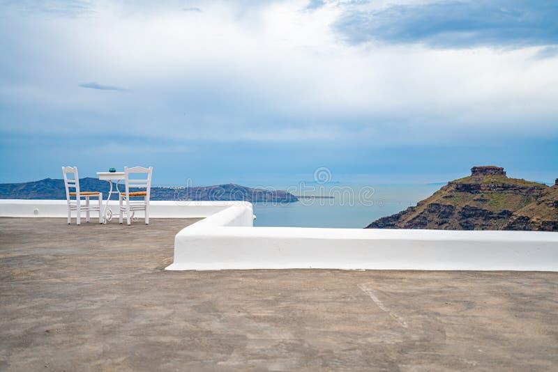 Due sedie con la grande vista, dettagli dell'isola di Santorini in Grecia, una di destinazioni di viaggio pi? belle del mondo fotografia stock libera da diritti