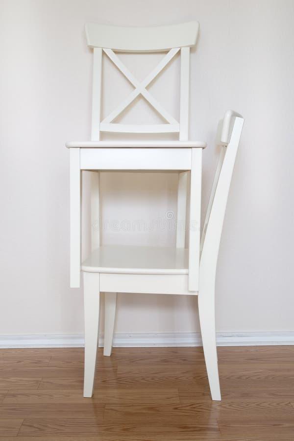Due sedie di legno bianche fotografia stock. Immagine di presidenze ...