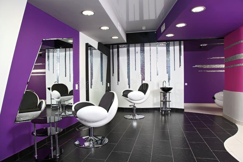 Due sedie, lavabo e grande specchio fotografia stock libera da diritti