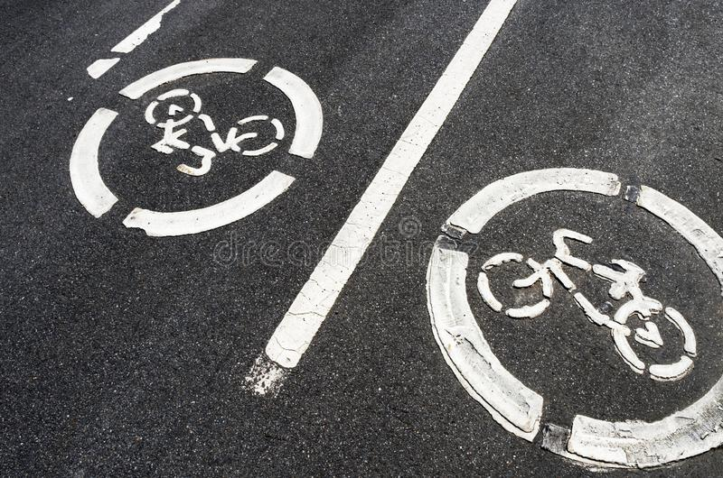 """Due segnali stradali """"pista ciclabile """"su asfalto fotografia stock"""