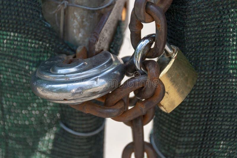 Due serrature e una catena fotografia stock