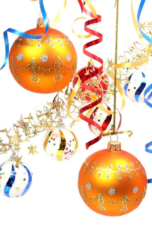Due sfere gialle del nuovo anno su una priorità bassa di una canutiglia fotografie stock libere da diritti