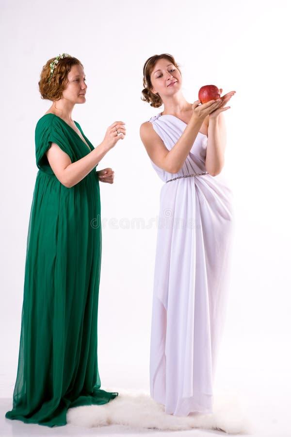 Download Due signore ed una mela fotografia stock. Immagine di bello - 7304990