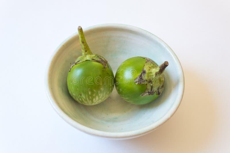 Due solanum melongena tailandesi verdi rotondi della melanzana in una ciotola bassa immagine stock libera da diritti
