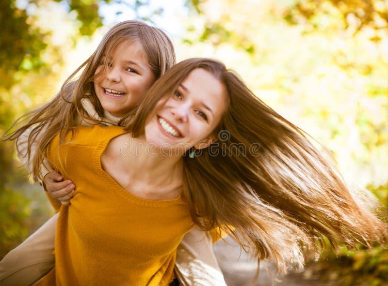 Due sorelle allegre che giocano nel parco immagini stock libere da diritti