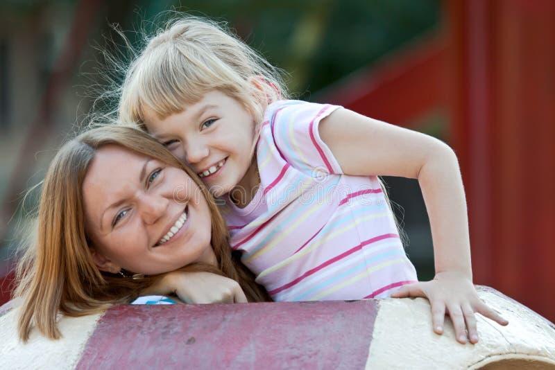 Due sorelle che hanno divertimento. immagine stock libera da diritti