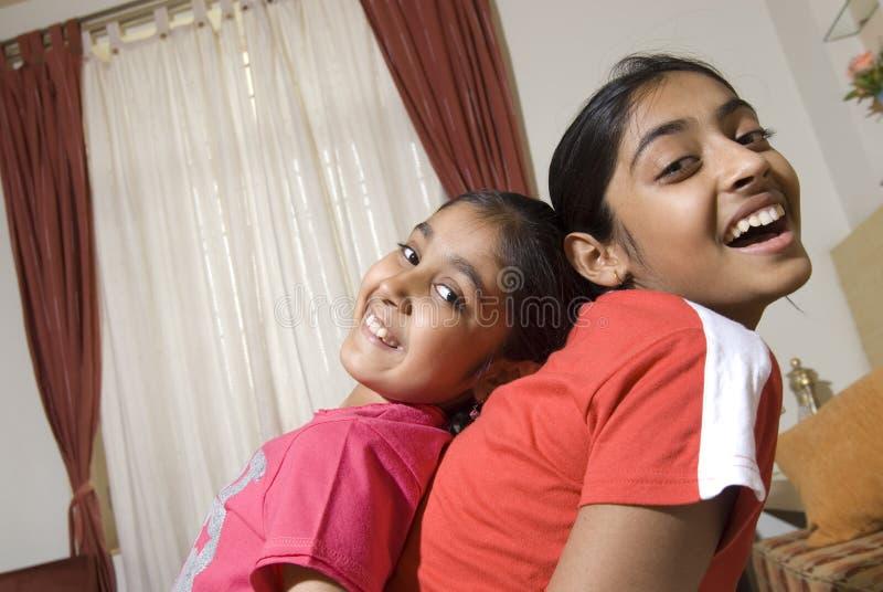 Due sorelle che hanno grande divertimento fotografia stock