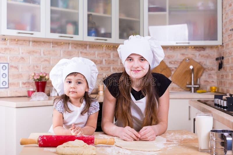 Due sorelle che producono pasta a casa fotografia stock libera da diritti