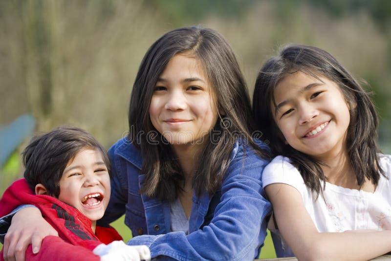 Due sorelle ed il loro piccolo fratello invalido fotografie stock