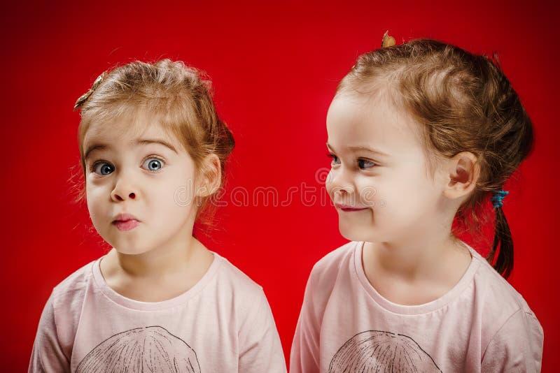 Due sorelle stanno facendo i fronti divertenti fotografia stock libera da diritti