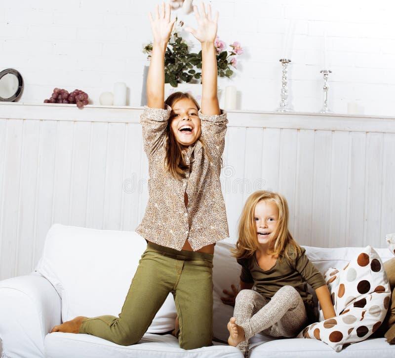 Due sorelle sveglie a casa che giocano bambina nell for Interno della casa