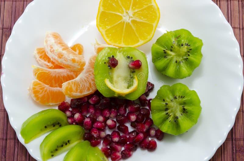 Due spiedi in pieno con il primo piano colourful della frutta fotografia stock