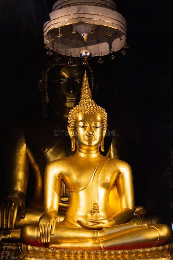 Due statue dorate di Buddha a Wat Bowonniwetwiharn Ratchaworawiharn a Bangkok, Tailandia immagini stock