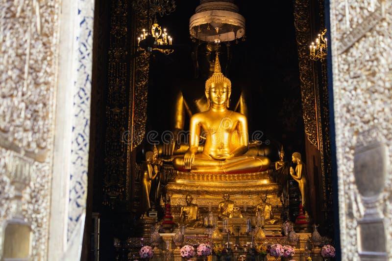 Due statue dorate di Buddha a Wat Bowonniwetwiharn Ratchaworawiharn a Bangkok, Tailandia fotografia stock libera da diritti