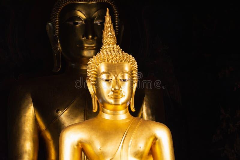 Due statue dorate di Buddha a Wat Bowonniwetwiharn Ratchaworawiharn a Bangkok, Tailandia immagine stock