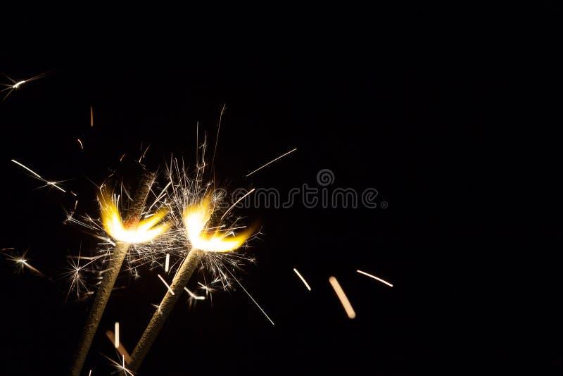 Due stelle filante festive luminose di Natale sul nero con spazio libero fotografia stock