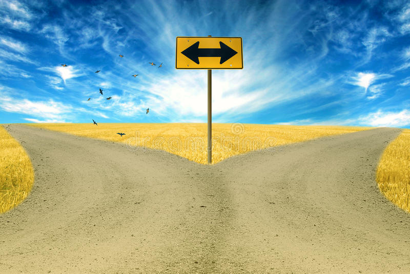 Due strade, segnale stradale avanti con il fondo del cielo blu delle frecce fotografia stock libera da diritti