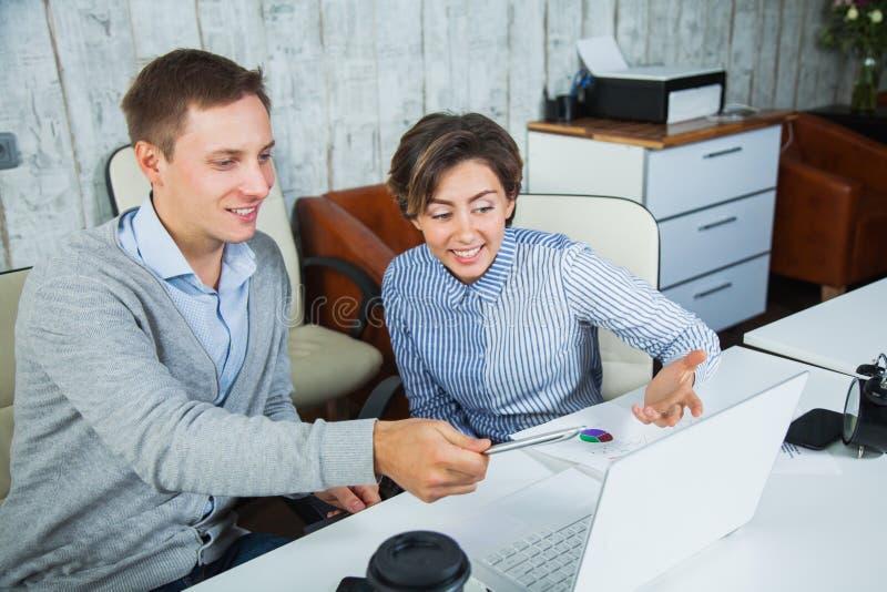 Due studenti di cooperazione della cima del rivestimento di lavoro del gruppo degli impiegati di concetto fotografie stock libere da diritti