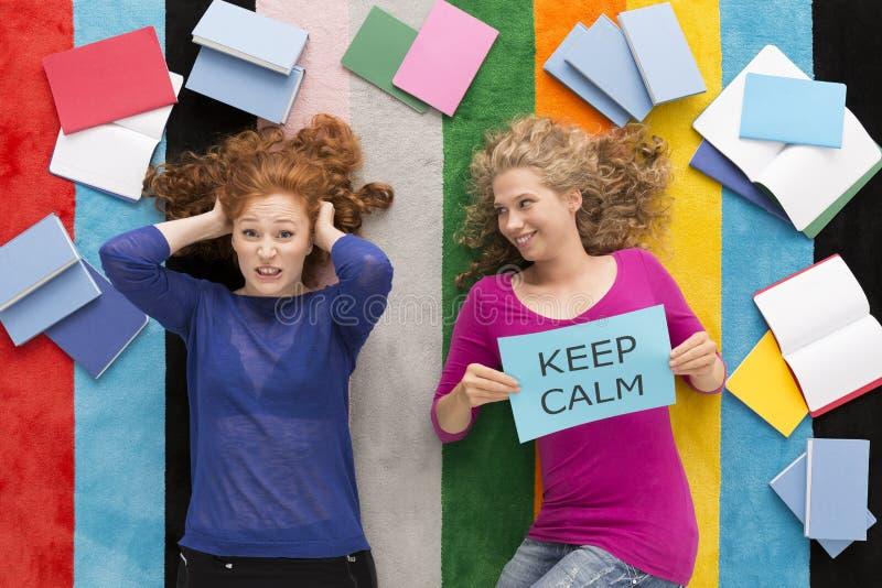 Due studenti differenti durante l'apprendimento all'esame fotografia stock